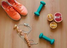 Strumentazione di forma fisica Scarpe da tennis ed alimento salutare su fondo di legno Fotografia Stock Libera da Diritti