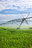 Strumentazione di irrigazione sul campo dell'azienda agricola Fotografia Stock