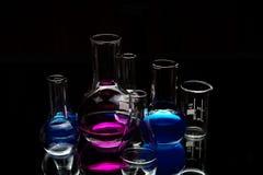 Strumentazione di laboratorio chimica sopra il nero Fotografia Stock Libera da Diritti