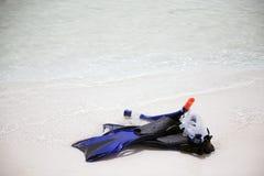 Strumentazione navigante usando una presa d'aria sulla spiaggia Immagini Stock Libere da Diritti