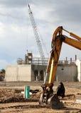 Strumentazione pesante dell'escavatore sul cantiere fotografie stock