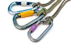 Strumentazione rampicante - carabiners e corde Immagine Stock