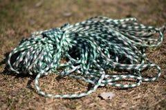 Strumentazione rampicante la corda si trova sull'erba fotografia stock libera da diritti