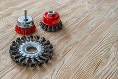 Strumenti abrasivi per la spazzolatura del legno e dargli struttura Spazzole metalliche su legno trattato Copi lo spazio immagini stock libere da diritti