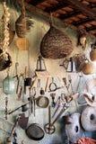 Strumenti antichi che appendono sulla rete da pesca immagini stock