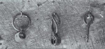 Strumenti in bianco e nero che appendono in un granaio Immagini Stock Libere da Diritti