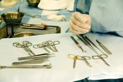Strumenti chirurgici e mano dell'infermiera Fotografia Stock