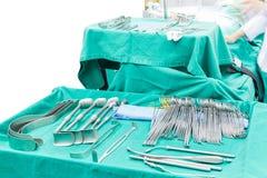 Strumenti chirurgici visualizzati su un vassoio chirurgico che devono funzionare Immagine Stock Libera da Diritti