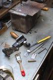 Strumenti, componenti e bugia finita della muffa su un banco nel handcraft Fotografie Stock