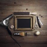 Strumenti d'annata del barbiere e tela nera con una struttura Fotografia Stock