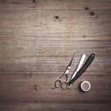 Strumenti d'annata del barbiere sullo scrittorio di legno Fotografia Stock