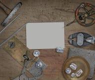 Strumenti d'annata del gioielliere sopra il banco di legno Fotografia Stock Libera da Diritti