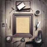 Strumenti d'annata del negozio di barbiere con tela nella cornice Fotografie Stock Libere da Diritti