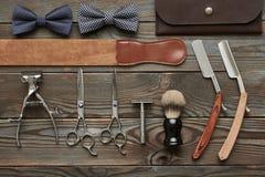 Strumenti d'annata del negozio di barbiere su fondo di legno fotografie stock libere da diritti