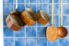Strumenti d'annata della cucina Insieme di rame dell'articolo da cucina Vasi, macchinetta del caffè, colapasta Fotografia Stock Libera da Diritti