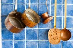 Strumenti d'annata della cucina Insieme di rame dell'articolo da cucina Vasi, macchinetta del caffè, colapasta Immagini Stock Libere da Diritti
