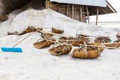 Strumenti degli agricoltori del sale sulle pentole del sale Fotografia Stock