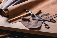 Strumenti del calzolaio in officina sulla tavola di legno Vista superiore Immagine Stock Libera da Diritti
