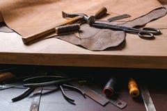 Strumenti del calzolaio in officina sulla tavola di legno Vista superiore Immagini Stock Libere da Diritti