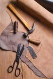 Strumenti del calzolaio in officina sulla tavola di legno Vista superiore Fotografie Stock Libere da Diritti