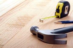 Strumenti del carpentiere con la misura di nastro e del martello immagini stock libere da diritti