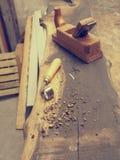 Strumenti del carpentiere su un banco da lavoro di legno Fotografie Stock Libere da Diritti