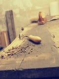 Strumenti del carpentiere su un banco da lavoro di legno Immagine Stock