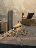 Strumenti del carpentiere su un banco da lavoro di legno Fotografie Stock