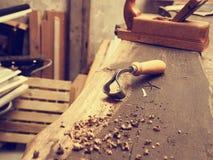 Strumenti del carpentiere su un banco da lavoro di legno Immagini Stock