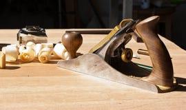 Strumenti del carpentiere su un bordo di legno nell'officina fotografia stock libera da diritti