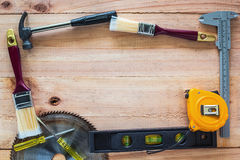 Strumenti del carpentiere sul bordo di legno Immagini Stock
