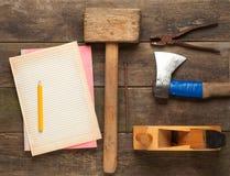 Strumenti del carpentiere in tavola di legno di pino Fotografia Stock
