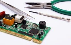 Strumenti del circuito e di precisione stampato su fondo bianco, tecnologia Fotografia Stock
