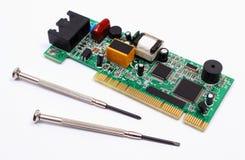 Strumenti del circuito e di precisione stampato su fondo bianco, tecnologia Immagini Stock