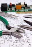 Strumenti del circuito e di precisione stampato sul diagramma di elettronica, tecnologia Immagine Stock Libera da Diritti