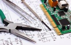 Strumenti del circuito e di precisione stampato sul diagramma di elettronica, tecnologia Immagini Stock