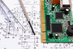 Strumenti del circuito e di precisione stampato sul diagramma di elettronica, tecnologia Immagine Stock