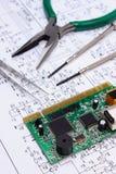 Strumenti del circuito e di precisione stampato sul diagramma di elettronica, tecnologia Fotografia Stock Libera da Diritti