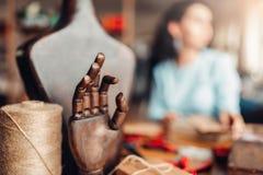 Strumenti del cucito, mano di legno e manichino, Fotografie Stock Libere da Diritti