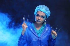 Strumenti del dentista a disposizione del dentista Woman di modo nella tonnellata blu di colore Fotografie Stock Libere da Diritti