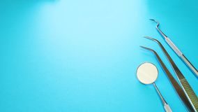 Strumenti del dentista in ufficio dentario: esploratore dentario, sonda della falce, specchio dentario Immagine concettuale di sa fotografia stock libera da diritti