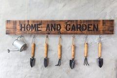 Strumenti del giardino sulla parete Fotografie Stock