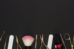 Strumenti del manicure sui precedenti scuri Fotografia Stock