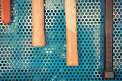 Strumenti del martello in garage Immagini Stock Libere da Diritti