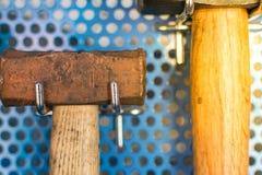Strumenti del martello in garage Fotografie Stock