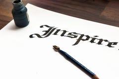 Strumenti del ` s dello scrittore L'inchiostro, carta, rinchiude la vista superiore immagine stock