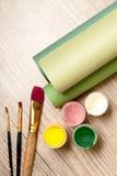 Strumenti dell'artista: vernici, spazzole e un documento immagine stock libera da diritti