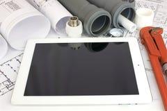 Strumenti dell'impianto idraulico sui disegni di costruzione Fotografia Stock