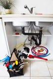 Strumenti dell'impianto idraulico sulla cucina fotografie stock libere da diritti