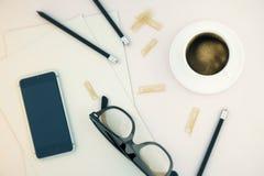 Strumenti dell'ufficio e del telefono beige Immagine Stock